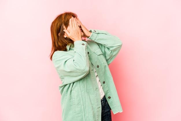 Starszy kobieta przestraszony obejmujące oczy na białym tle