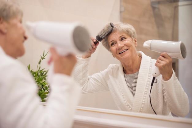 Starszy kobieta przygotowuje się do wyjścia