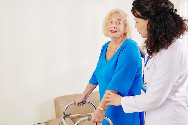 Starszy kobieta rozmawia z lekarzem