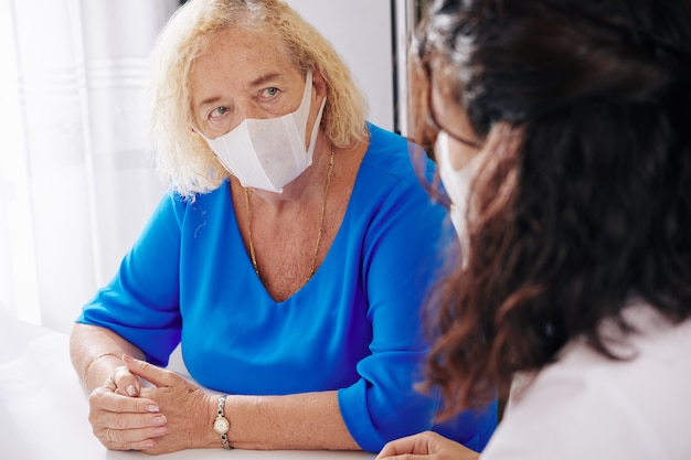 Starszy kobieta słucha lekarza