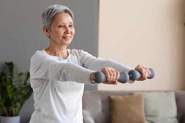 Starszy kobieta szkolenia w domu