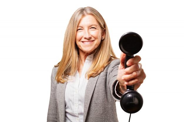 Starszy kobieta uśmiecha się z telefonem