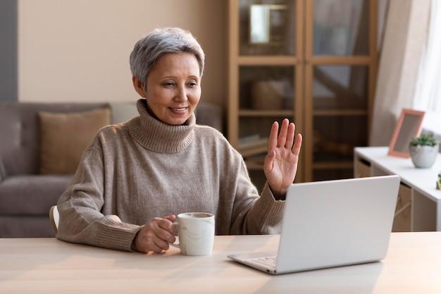 Starszy kobieta wideokonferencji