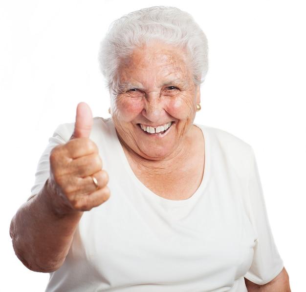 Starszy kobieta z kciuki w górę