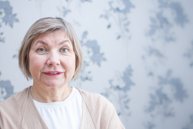 Starszy kobieta z uśmiechem.