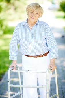 Starszy kobieta za pomocą chodzika