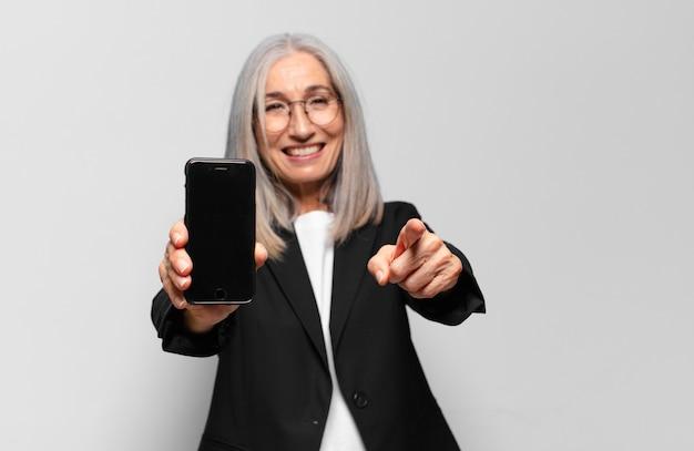 Starszy ładna bizneswoman z smartphone.
