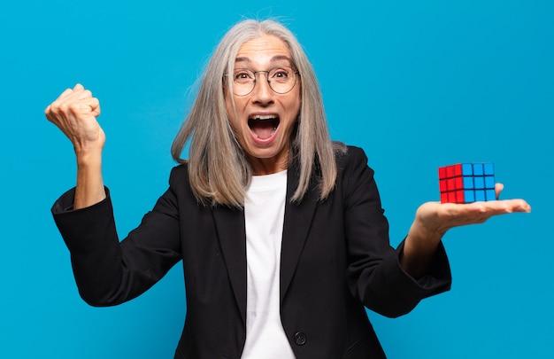 Starszy ładna bizneswoman z wyzwaniem inteligencji. rozwiązywanie koncepcji problemu