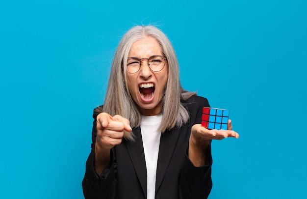 Starszy ładna bizneswoman z wyzwaniem wywiadowczym. rozwiązywanie koncepcji problemu