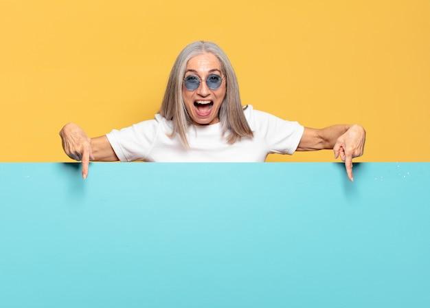 Starszy ładna kobieta nosi okulary przeciwsłoneczne. kopia koncepcja przestrzeni