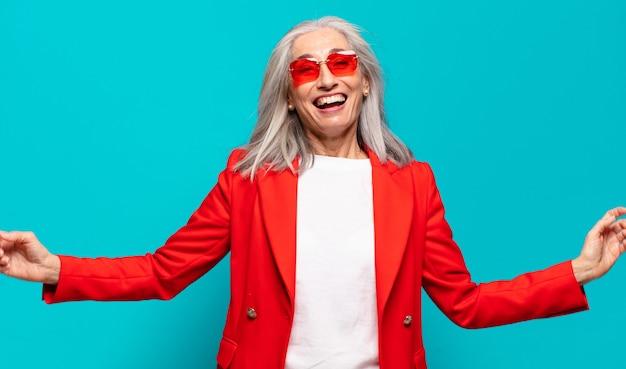 Starszy ładna kobieta wyrażająca koncepcję