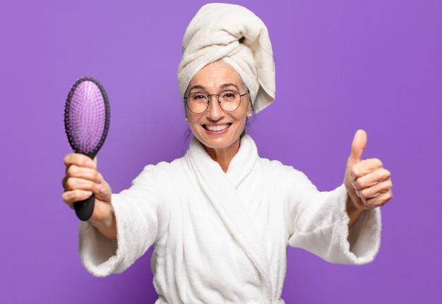 Starszy ładna kobieta z pędzelkiem do włosów