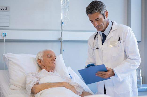 Starszy lekarz odwiedzający pacjenta