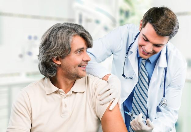 Starszy lekarz - szczepionka przeciw grypie