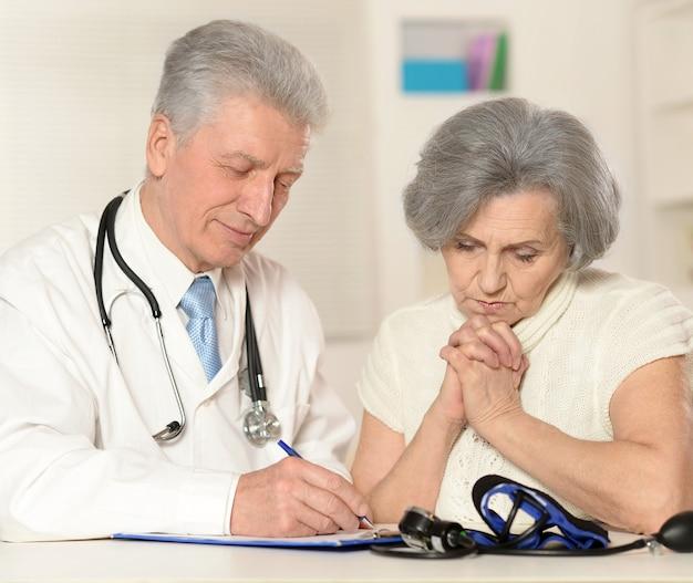 Starszy lekarz z pacjentem z bliska