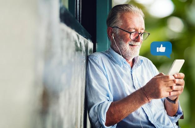 Starszy lubiący treści online