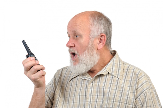 Starszy łysy mężczyzna opowiada używać walkie-talkie