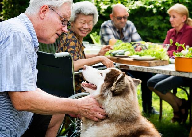 Starszy mężczyzna bawić się z siberian huskey