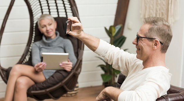 Starszy mężczyzna bierze selfie obok jego żony