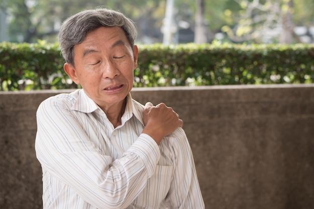 Starszy mężczyzna cierpi na ból barku