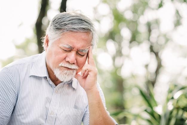 Starszy mężczyzna cierpi na ból głowy
