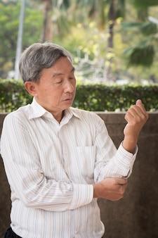 Starszy mężczyzna cierpi na ból stawu łokciowego