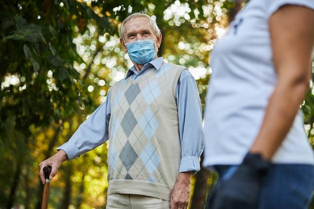 Starszy mężczyzna cieszący się dobrą pogodą w miejskim parku