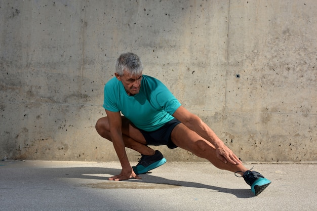 Starszy mężczyzna ćwiczący rozciąganie