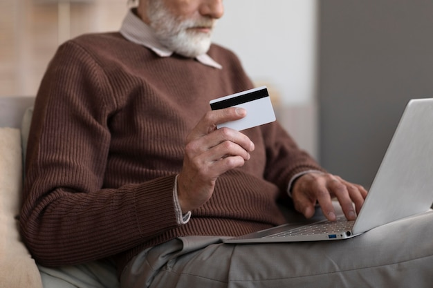 Starszy mężczyzna gotowy do zakupów online