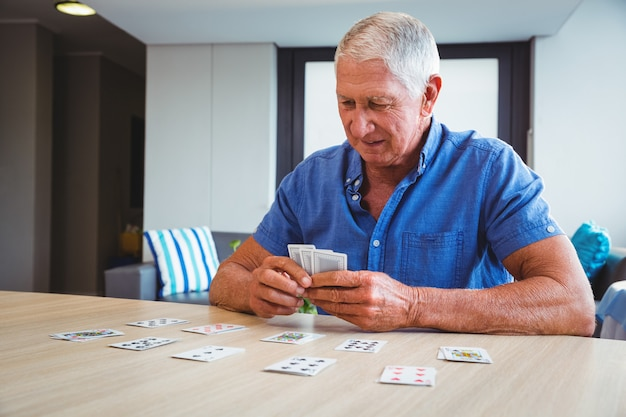 Starszy mężczyzna gra w karty