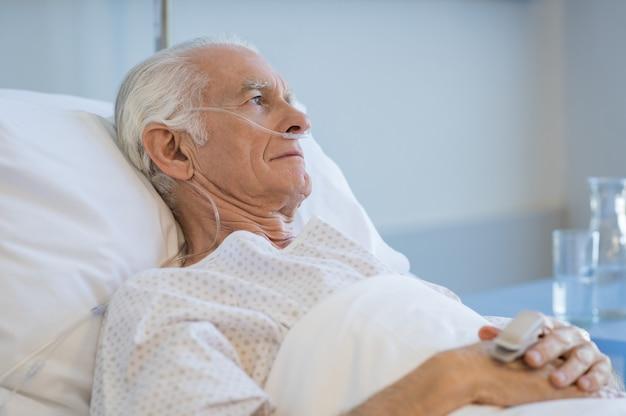 Starszy mężczyzna hospitalizowany