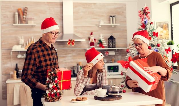 Starszy mężczyzna i kobieta świętują boże narodzenie z wnukiem