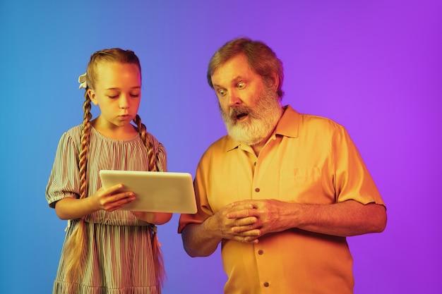 Starszy mężczyzna i wnuczka na neonowym tle