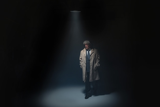 Starszy mężczyzna jako detektyw lub szef mafii