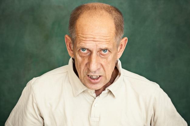 Starszy mężczyzna krzyczy