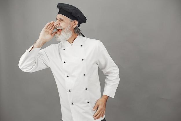 Starszy mężczyzna kucharz krzyczy.