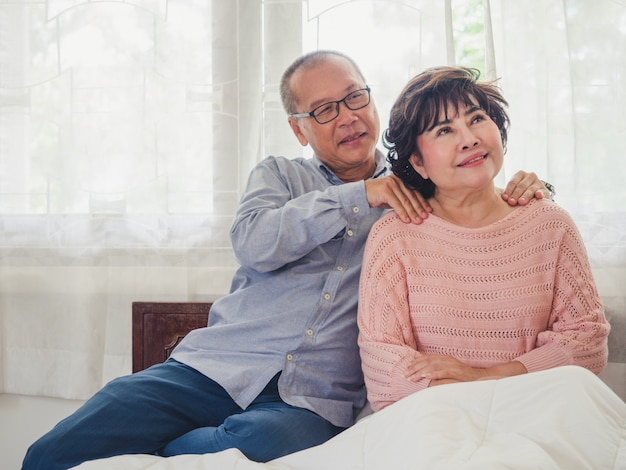 Starszy mężczyzna masuje ramiona starszej kobiecie