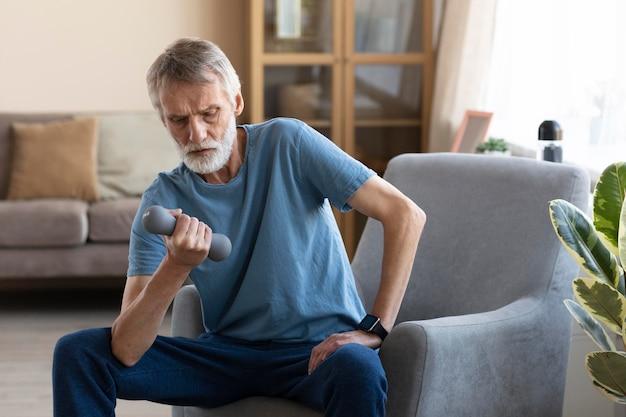 Starszy mężczyzna na treningu w domu
