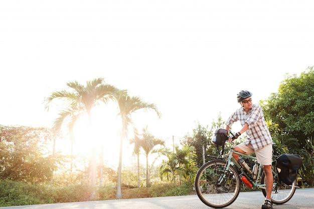 Starszy mężczyzna na zewnątrz touring bike
