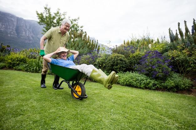 Starszy mężczyzna niesie swojego partnera w taczce