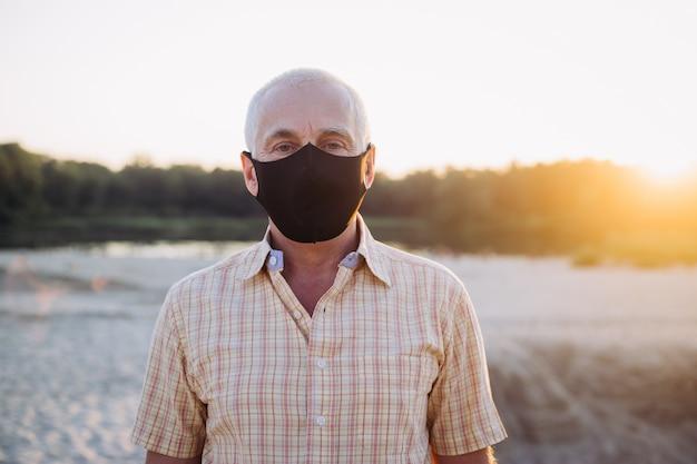 Starszy mężczyzna nosi maskę ochronną przed chorobami zakaźnymi i grypą, pojęcie opieki zdrowotnej. koronawirus kwarantanna.