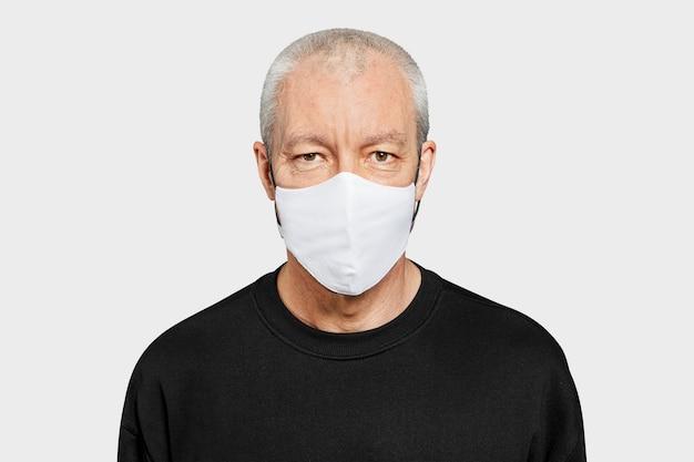 Starszy mężczyzna noszący maskę na twarz w nowej normie