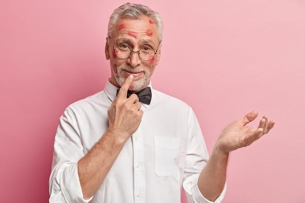 Starszy mężczyzna o plamy szminki na twarzy