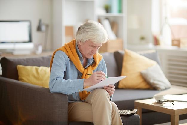 Starszy mężczyzna obliczania finansów