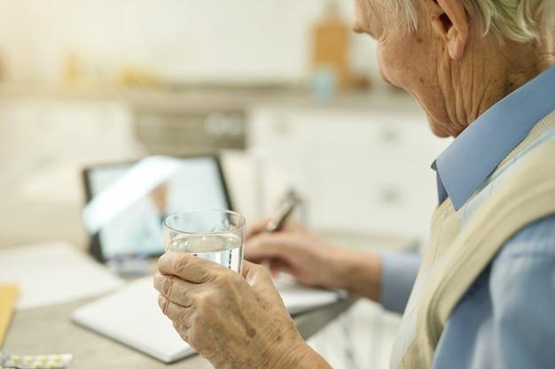 Starszy mężczyzna po otrzymaniu recepty na wideorozmowę