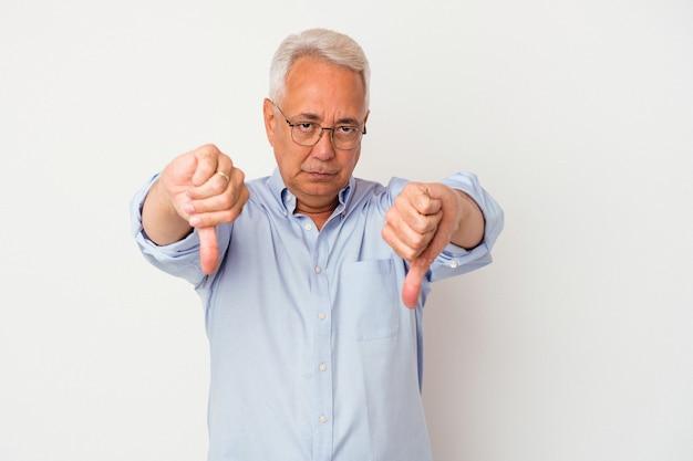 Starszy mężczyzna pokazując kciuk w dół i wyrażający niechęć.