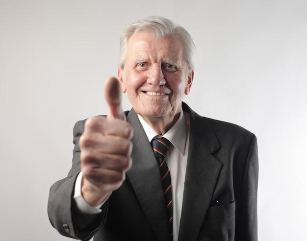 Starszy mężczyzna pokazuje ok
