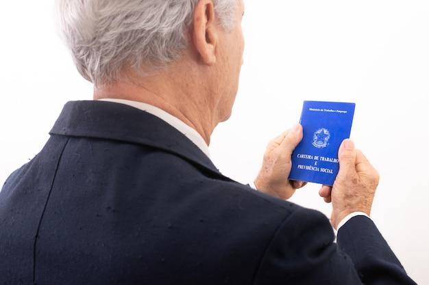 Starszy mężczyzna posiadający brazylijskie pozwolenie na ubezpieczenie społeczne i pracę