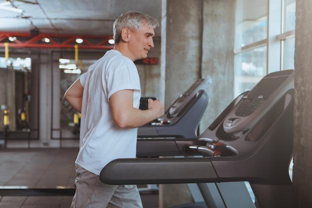 Starszy mężczyzna pracujący na siłowni