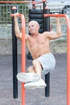 Starszy mężczyzna pracujący na zewnątrz